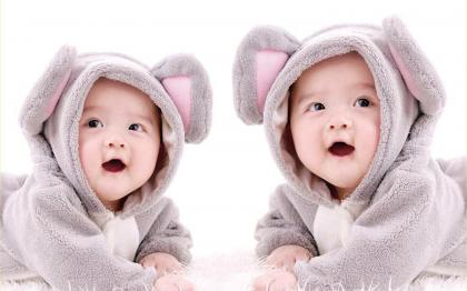 双胞胎婴儿一个哭,另一个往往也哭,他们真能相互感应吗?.jpg
