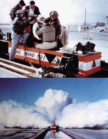 坐上火箭滑车进行实验的斯塔普.jpg
